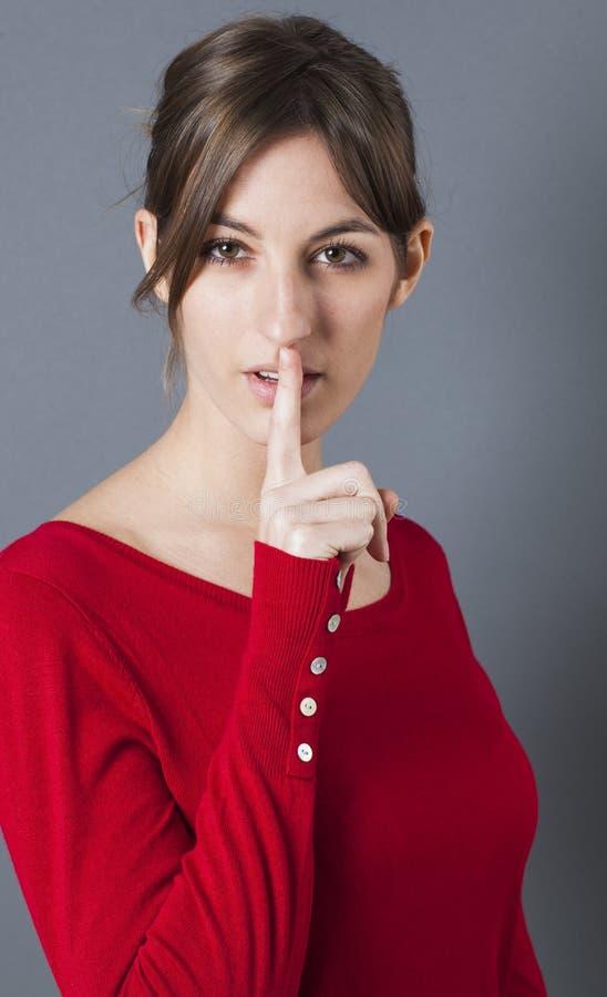 保持她的嘴唇的年轻浅黑肤色的男人紧为性感的奥秘 免版税库存照片