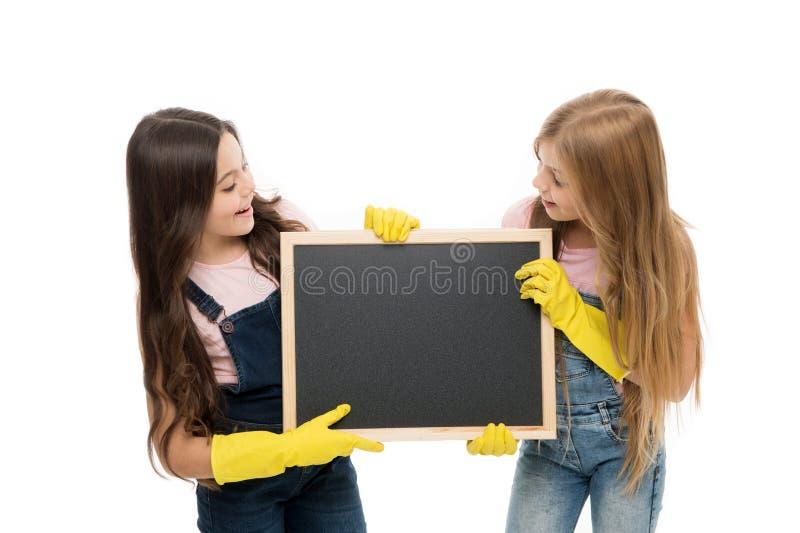 保持它整洁 拿着空的黑板的橡胶手套的小学生 承担他们的责任的小学生在学校期间 免版税库存照片