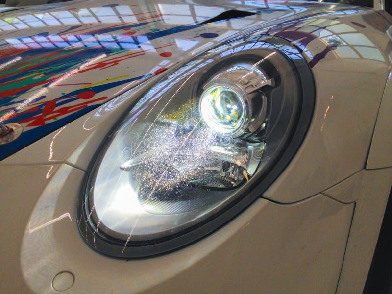 从保时捷911 GT3杯991的氙车灯-光 库存照片