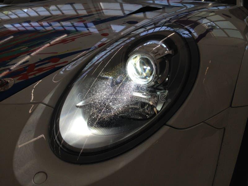 从保时捷911 GT3杯991的氙车灯-黑暗 库存图片