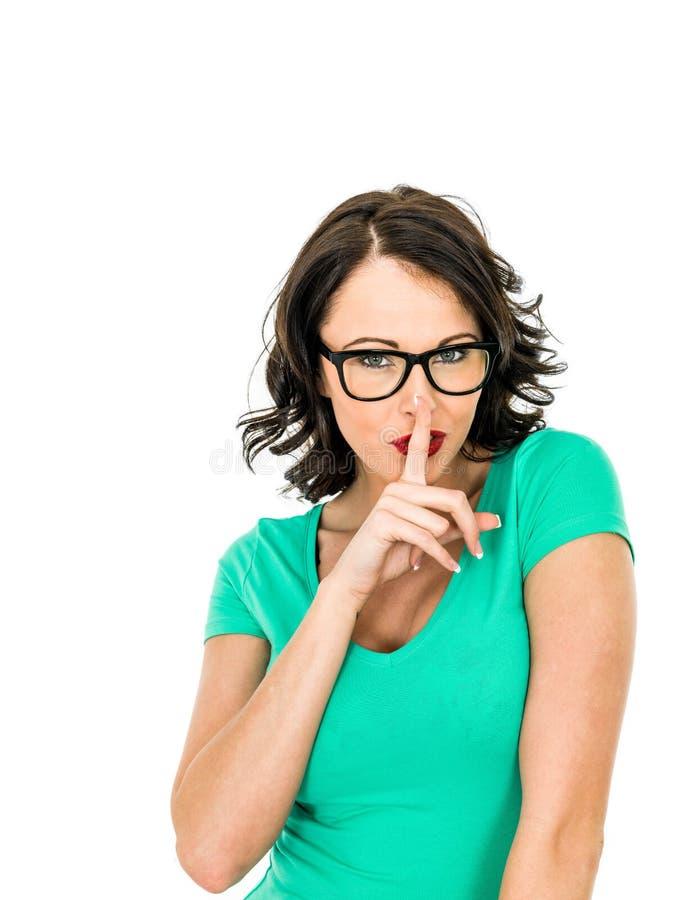 保留从朋友或Busines的可爱的少妇一个秘密 库存图片