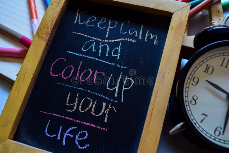 保留安静并且上色您的在词组五颜六色手写的生活在黑板、闹钟以刺激和教育概念 库存照片