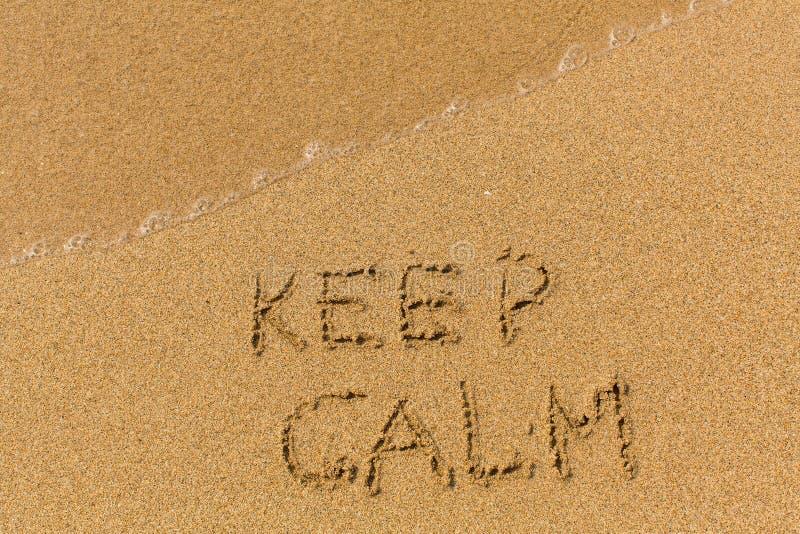 保留安静-发短信写在沙滩 免版税图库摄影
