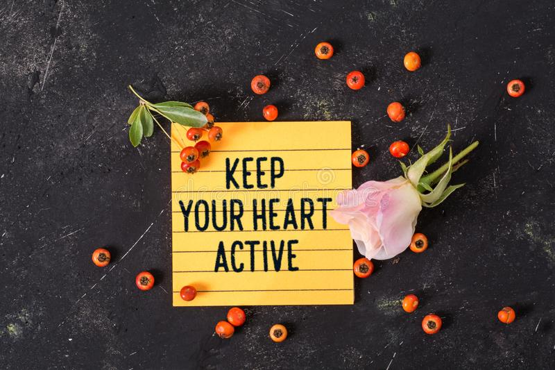 保留您的心脏活跃文本在备忘录 免版税库存图片