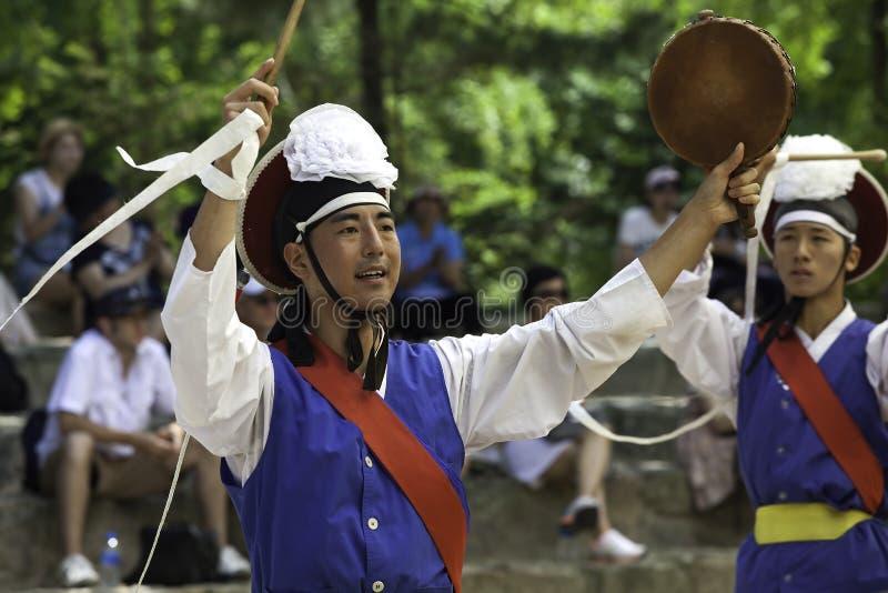 保留敲打的韩文舞蹈演员。 免版税图库摄影