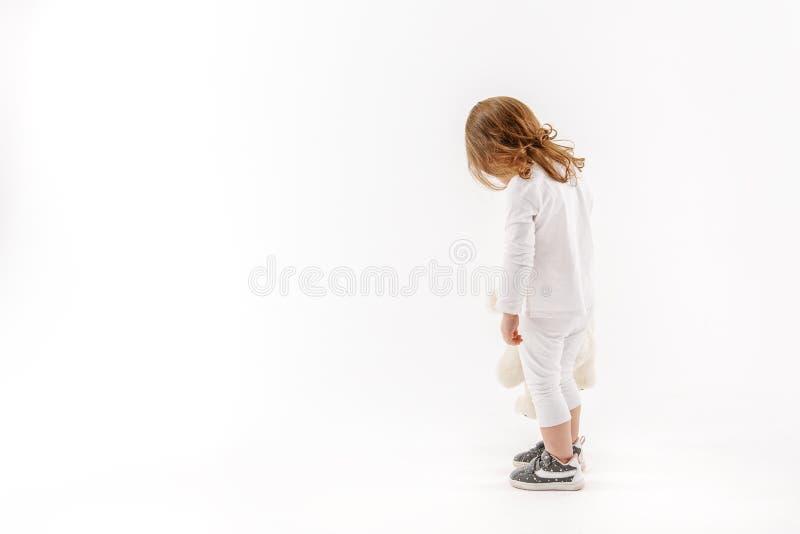 保留玩具的小女性孩子 免版税图库摄影