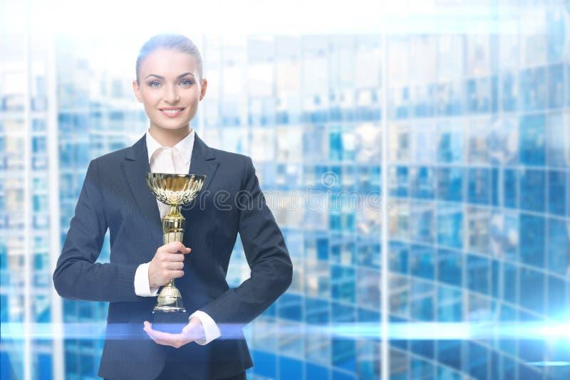 保留金杯子的女商人画象 库存照片
