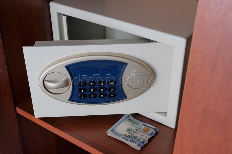 保留金钱在从窃贼的一个安全的地方 一团美元和在壁橱的一个开放保险柜 您保护的概念 库存照片