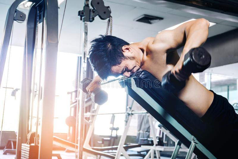保留镇静衣物解决与重量的体育人在健身房 库存图片