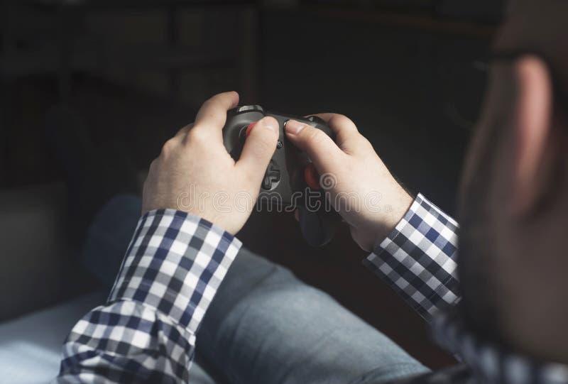 保留joypad和打电子游戏,松弛hav的一个年轻人 库存图片