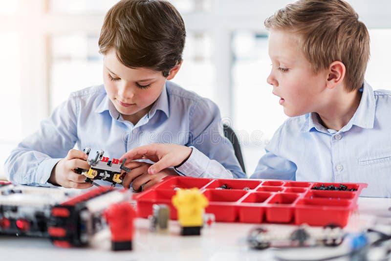保留lego的被集中的男孩 图库摄影