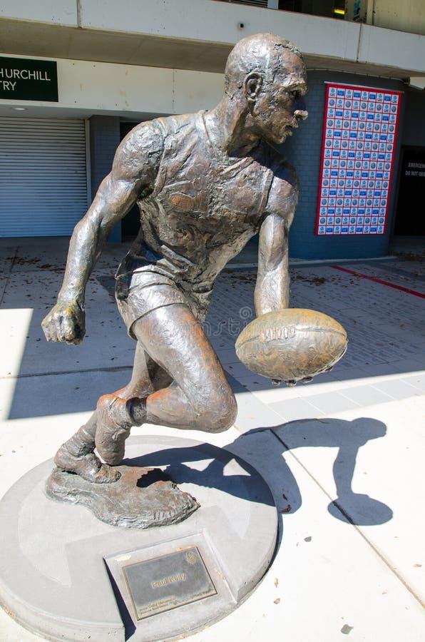 `保罗凯利`雕象是一个前专业澳大利亚人规则足球运动员,在悉尼蟋蟀地面,穆尔公园 库存图片