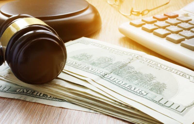 保释保证书概念 惊堂木和美元钞票 库存照片