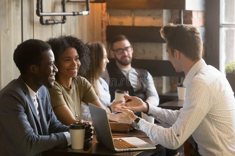 保险事业承揽者或咨询非洲美国的抵押估价人 免版税库存图片