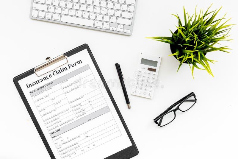 保险事件概念 在白色办公室桌面视图的保险索赔形式 库存照片