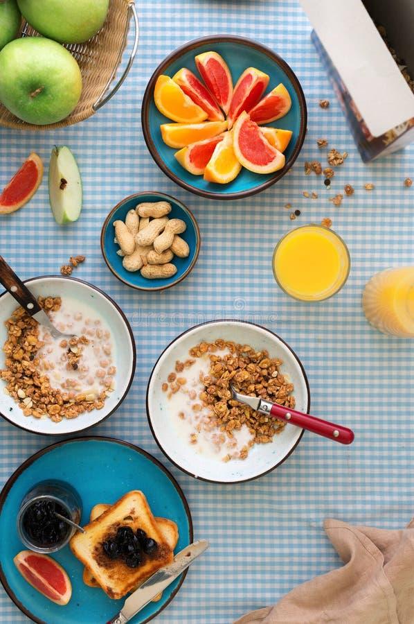 滚保龄球与muesli和酸奶,多士,橙汁,各种各样的果子 免版税图库摄影