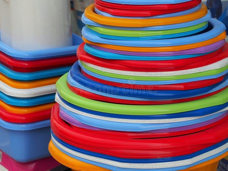 滚保龄球五颜六色的塑料 免版税库存图片