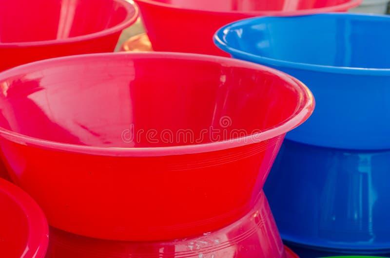 滚保龄球五颜六色的塑料 库存图片