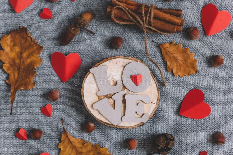 信件爱心脏肉桂条捆绑坚果和秋叶 库存图片