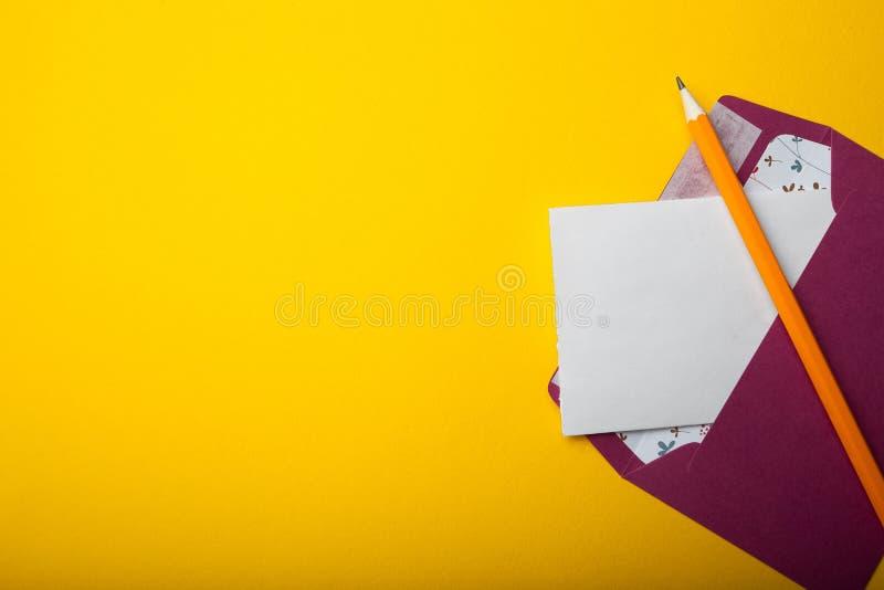 信件给天黄色背景的圣华伦泰 在黄色背景的空的空间 免版税库存照片