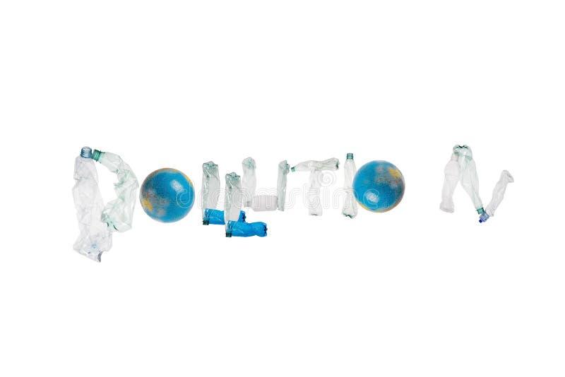 """信件P O LL U T离子由塑料瓶制成形成词在被隔绝的白色背景的""""pollution† 库存图片"""