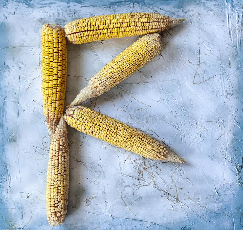 信件R用玉米做了 免版税库存图片
