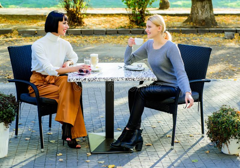 信任她 女朋友喝咖啡并且享受谈话 真实的友谊友好的密切关系 交谈两 免版税图库摄影