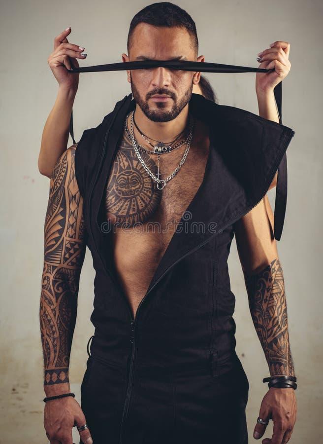 信任概念 有运动身体的肌肉强壮男子的人 残酷运动员 类固醇 ?? 纹身花刺人性感的吸收  库存照片