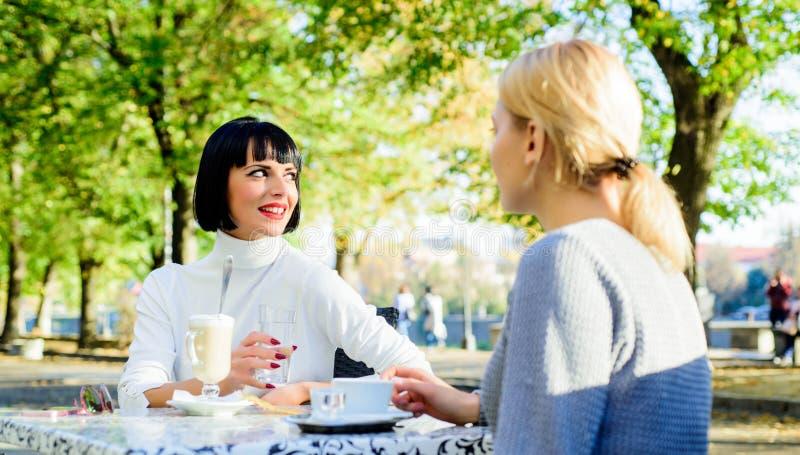信任的通信 女朋友喝咖啡并且享受谈话 真实的友谊友好的密切关系 库存图片