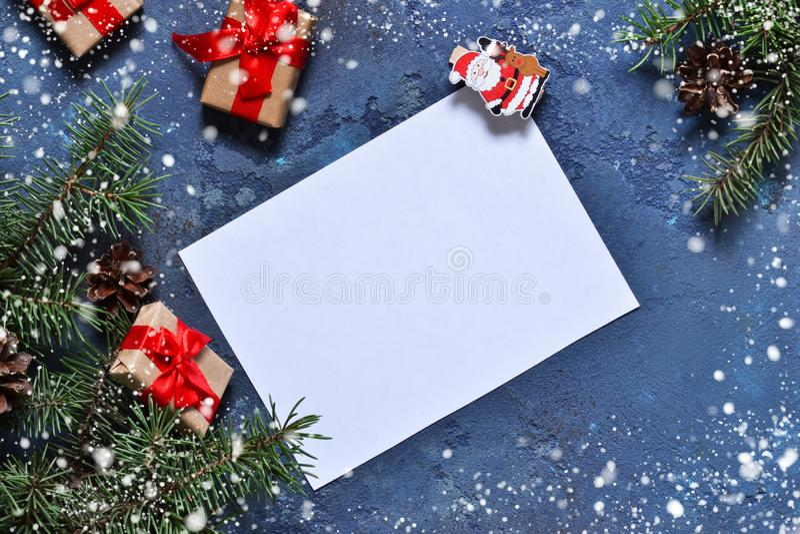 信函圣诞老人 与装饰的圣诞卡片与空间为 免版税库存图片
