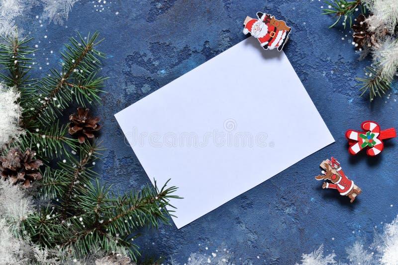 信函圣诞老人 与装饰的圣诞卡片与空间为 库存照片