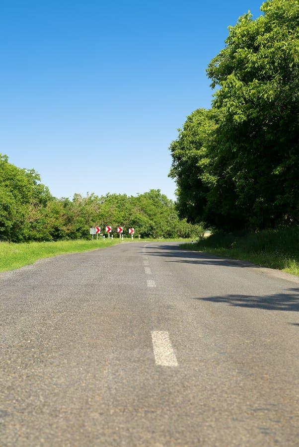 信号在乡下公路的轮  库存图片