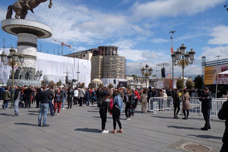 信徒在主要城镇镇中心聚集维护与教皇方济各的大量在斯科普里 免版税库存照片