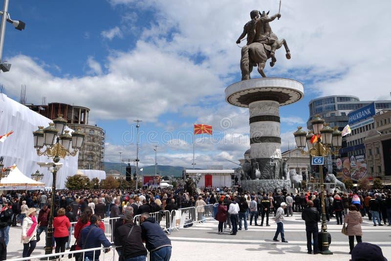 信徒在主要城镇镇中心聚集维护与教皇方济各的大量在斯科普里 图库摄影