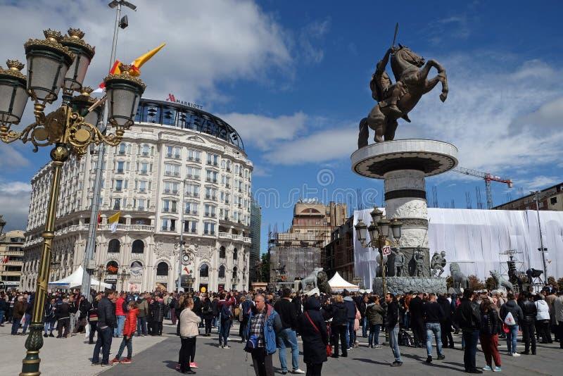 信徒在主要城镇镇中心聚集维护与教皇方济各的大量在斯科普里 免版税图库摄影