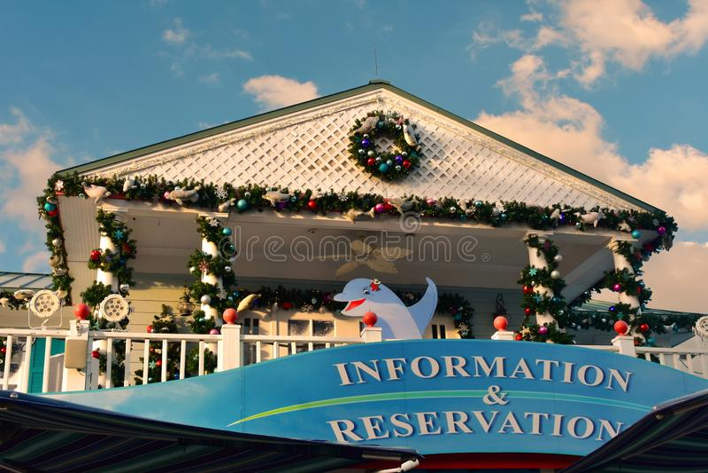 信息和保留标志和圣诞节装饰品在浅兰的多云背景在国际推进地区 免版税库存图片