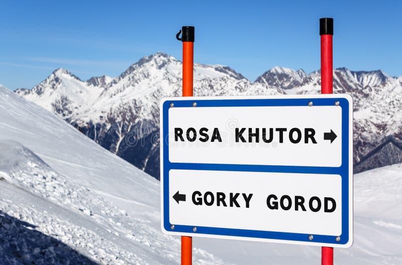 信息在金属片分枝的小河的方向标对与多雪的罗莎Khutor和高尔基Gorod滑雪和雪板手段 库存图片
