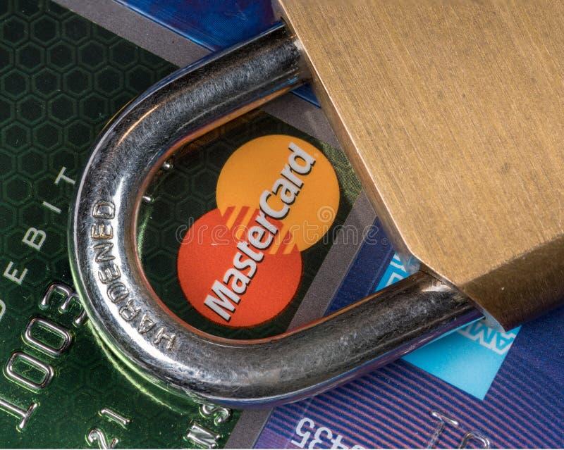 信用卡宏指令与挂锁的有在万事达卡的焦点的 库存图片