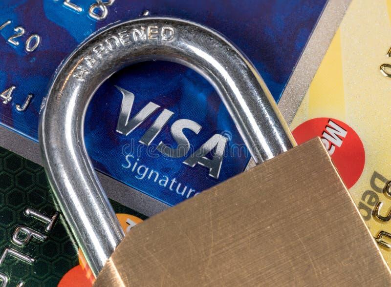 信用卡宏指令与挂锁的有在签证的焦点的 库存图片
