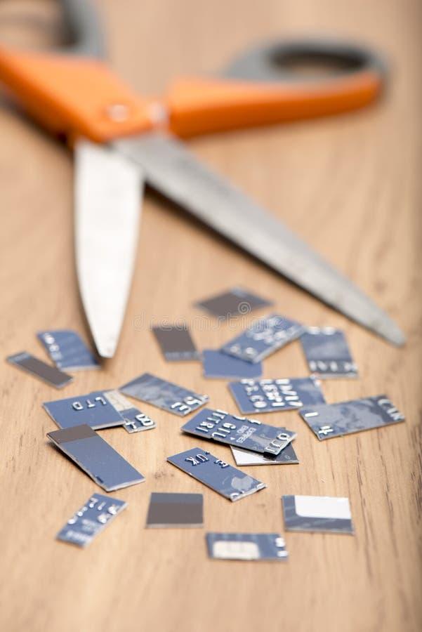 信用卡片断和一把剪刀 免版税库存照片