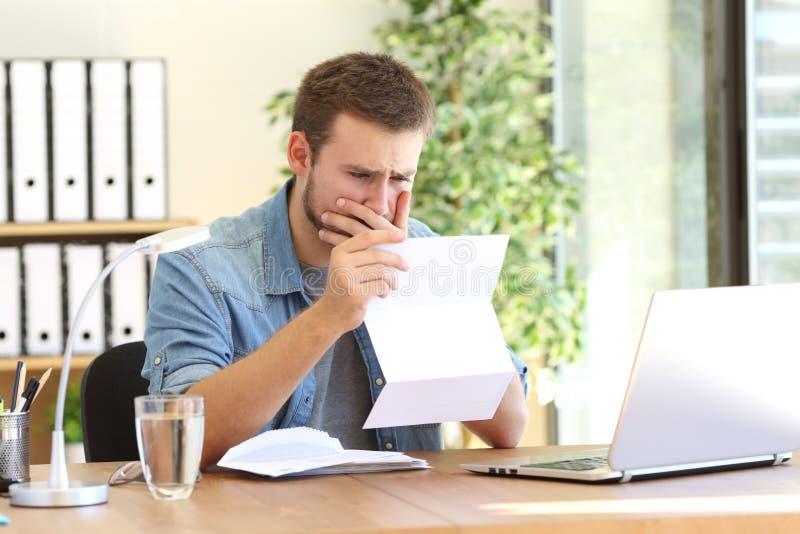 读信的担心的企业家 免版税库存图片