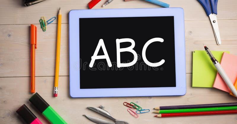 信件顶上的看法在数字式片剂的由在桌上的学校用品 库存照片