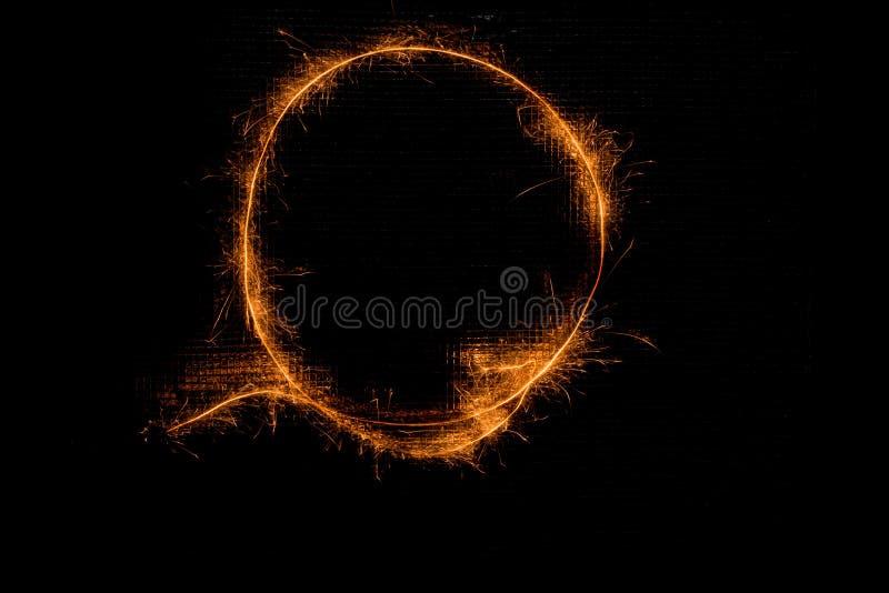 信件O由闪烁发光物做成在黑色 库存图片