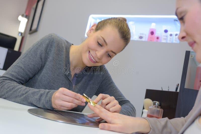 修剪做邮件手指钉子关心的专家妇女 免版税库存图片