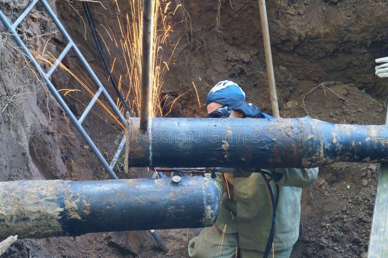 修剪末端管子大直径在坑的气割 免版税库存图片