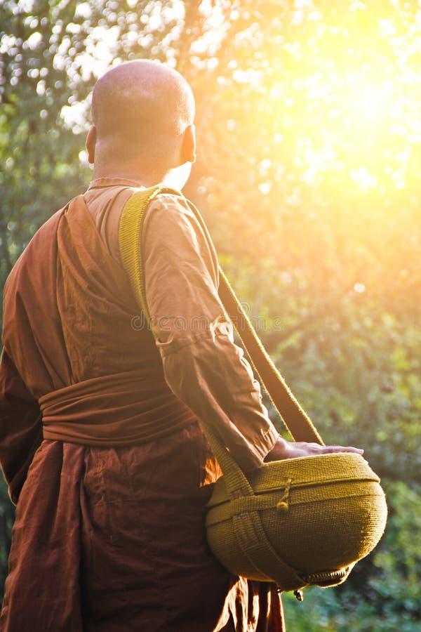 修士向施舍在早晨,泰国求助 库存图片