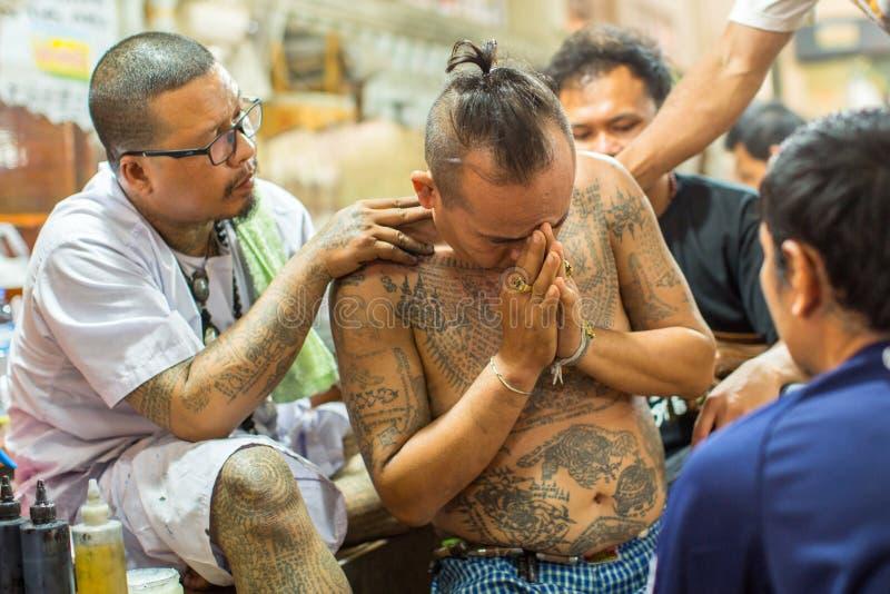 修士在轰隆Pra修道院里做刺字在Wai Kroo大师天仪式期间的传统扬特拉河 免版税图库摄影