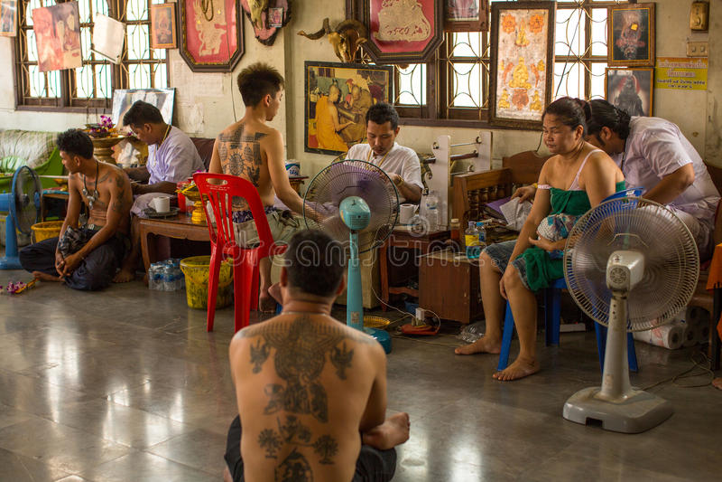 修士在轰隆Pra修道院里做刺字在Wai Kroo大师天仪式期间的传统扬特拉河 免版税库存图片