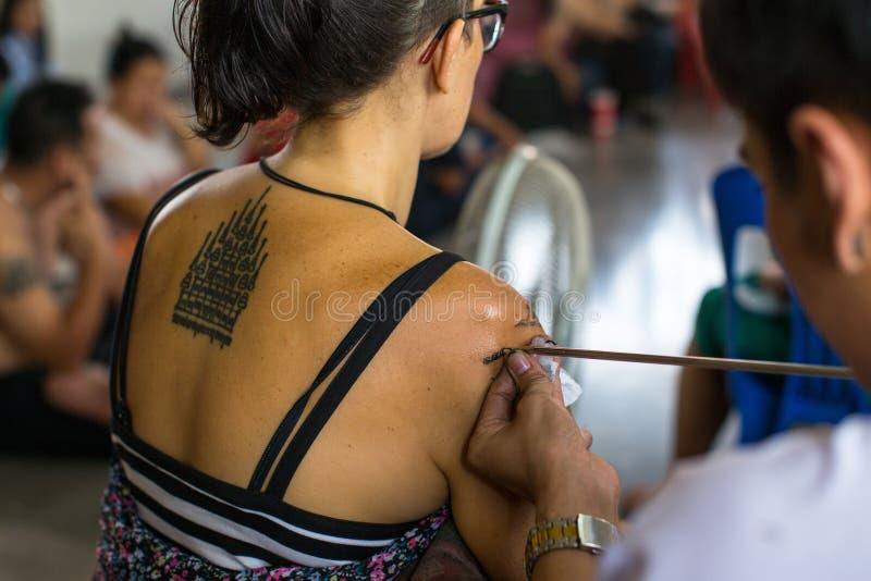 修士在轰隆Pra修道院里做刺字在Wai Kroo大师天仪式期间的传统扬特拉河 库存照片