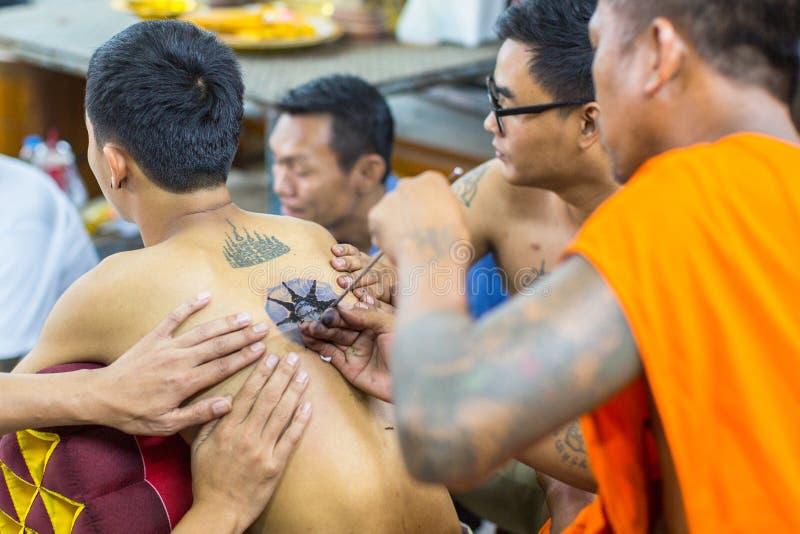 修士在轰隆Pra修道院里做刺字在Wai Kroo大师天仪式期间的传统扬特拉河 库存图片